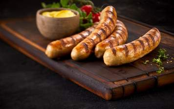 Brochette en serpentin de saucisses mixtes